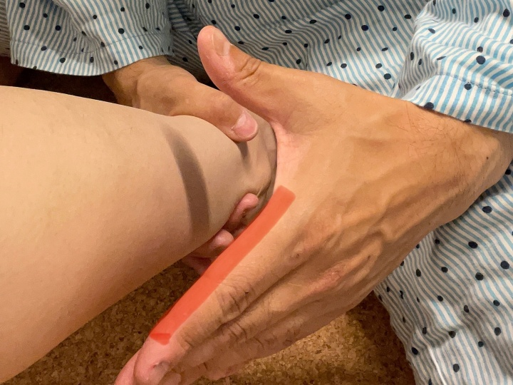 人差し指だけでコンタクト(画像の赤い部分)して擦り上げる