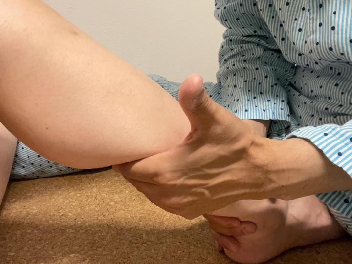 ふくらはぎをやる時は妻に仰向けになってもらい、つま先をおしりで抑え、両方の人差し指の側面で交互に擦り上げる