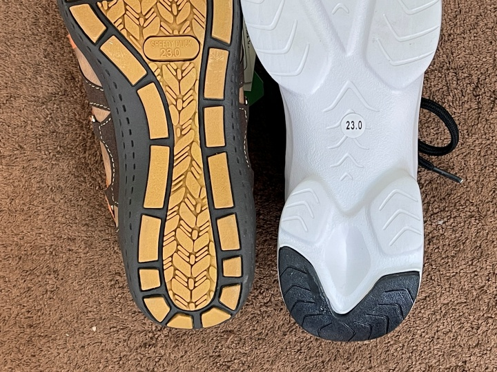 スニーカーでも靴によって底の幅が違います