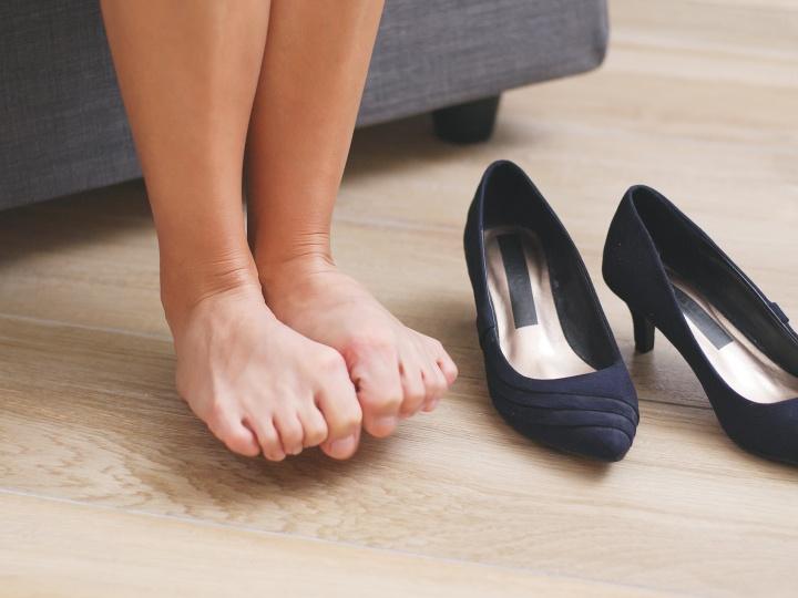 長時間立ったり、長く歩いたりして、足が疲れるとむくみが出るなら、靴が原因の足のむくみ